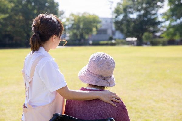 高齢者の認知症介護で将来は明るい?!|知の種の認知症コラム